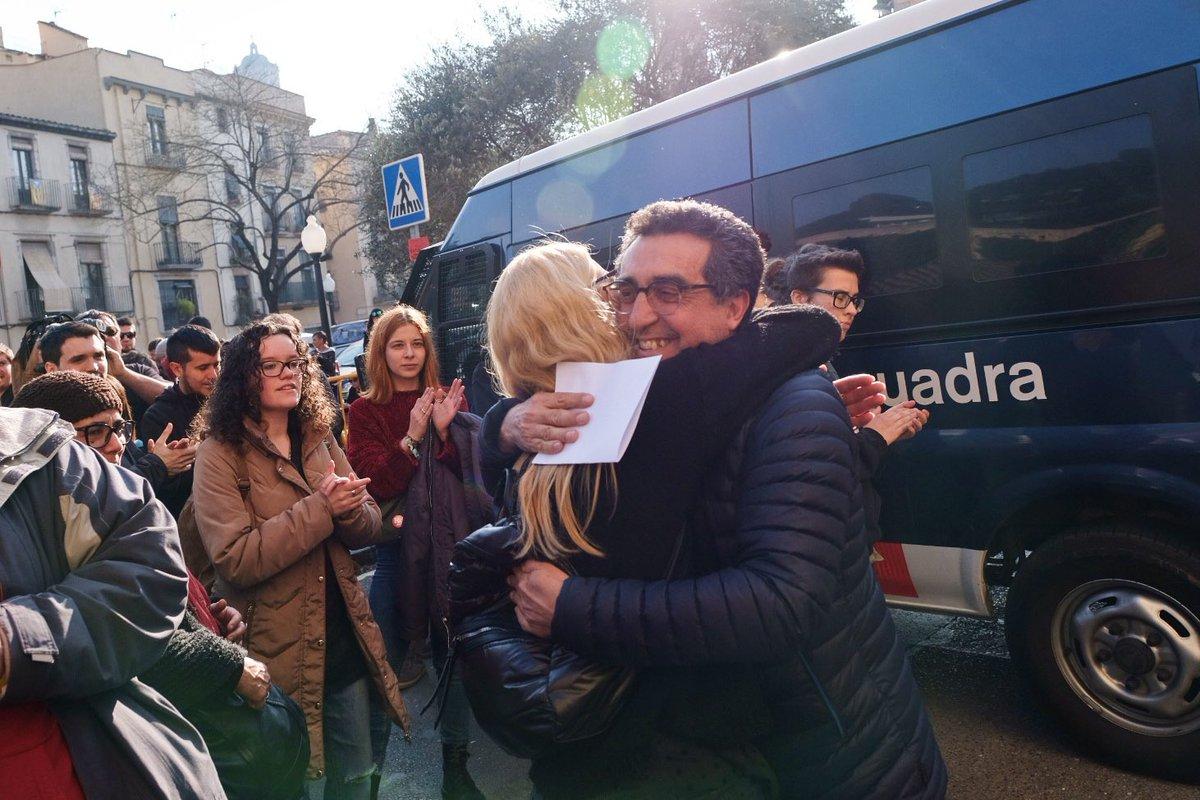 Surt l'onzè detingut de la comissaria de @policia de Girona #ràtziaaGirona https://t.co/0LTyUm2zk7