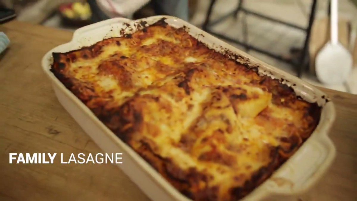 What's the birthday boy @gennarocontaldo cooking sooooo good?  LASAGNE! Oh yes!  #HappyBirthdayGennaro https://t.co/KGFHcdC2da