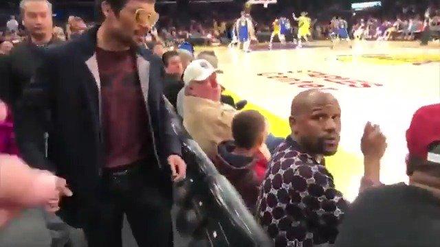 ¿Un Mayweather-Pacquiao en el Staples Center? 🥊😏 Cuando has retado a tu rival y te lo encuentras encuentras en un partido de la #NBA... 💣 https://t.co/zT3NYi7R71