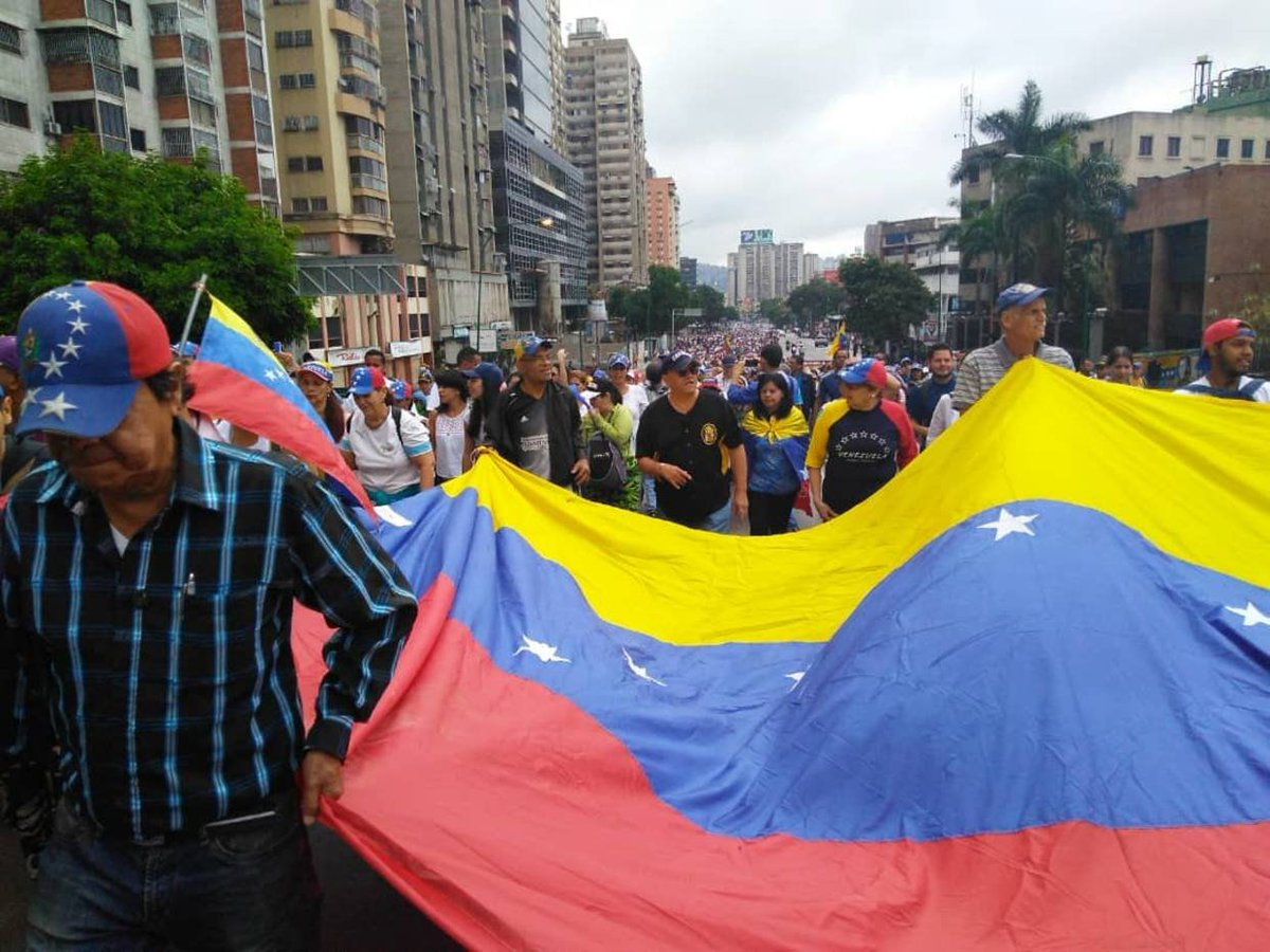 [FOTOS + VIDEO] Opositores a Nicolás Maduro tomaron las calles de Los Ruices https://t.co/9dBD3LW9A5 https://t.co/P6djUGqNtN