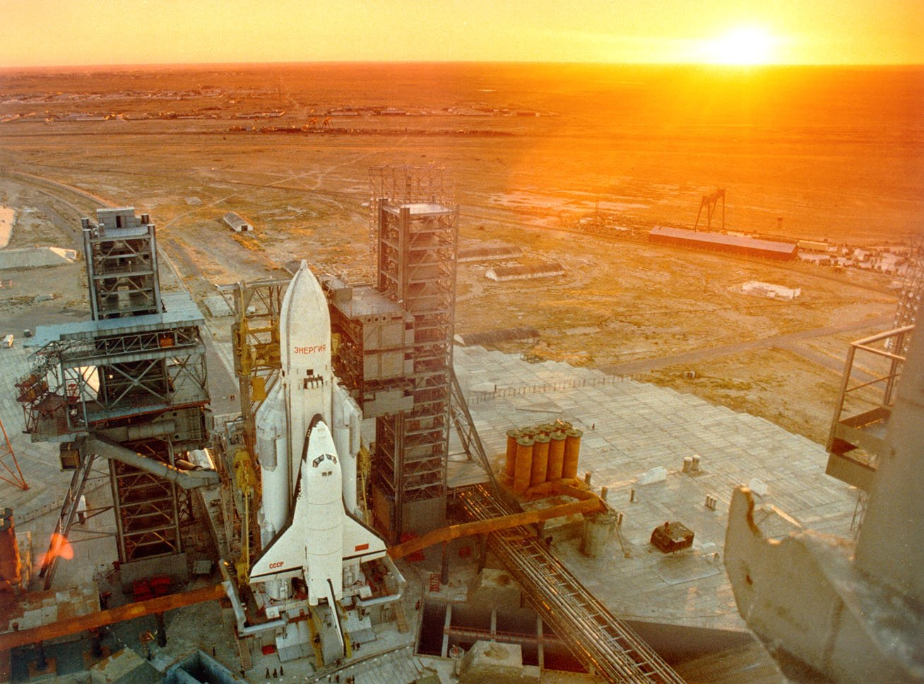 Buran space shuttle on the launch pad at the Baikonur Cosmodrome, USSR, 1988. https://t.co/KzrCSfrkcq