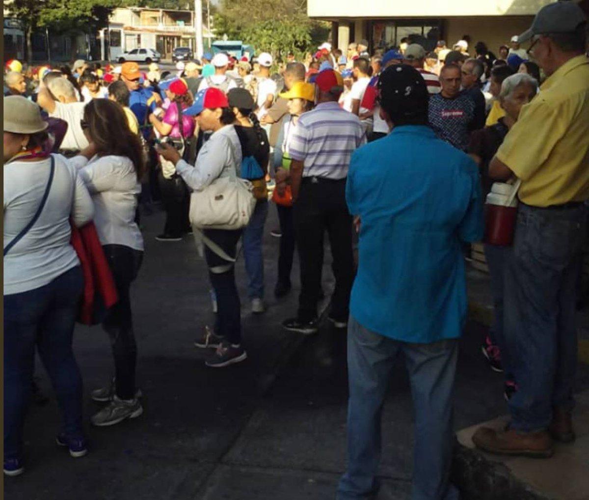 [FOTOS] Inició concentración de opositores en Barquisimeto https://t.co/O5EJjq4EOW  https://t.co/o4YtylXlHm  ....