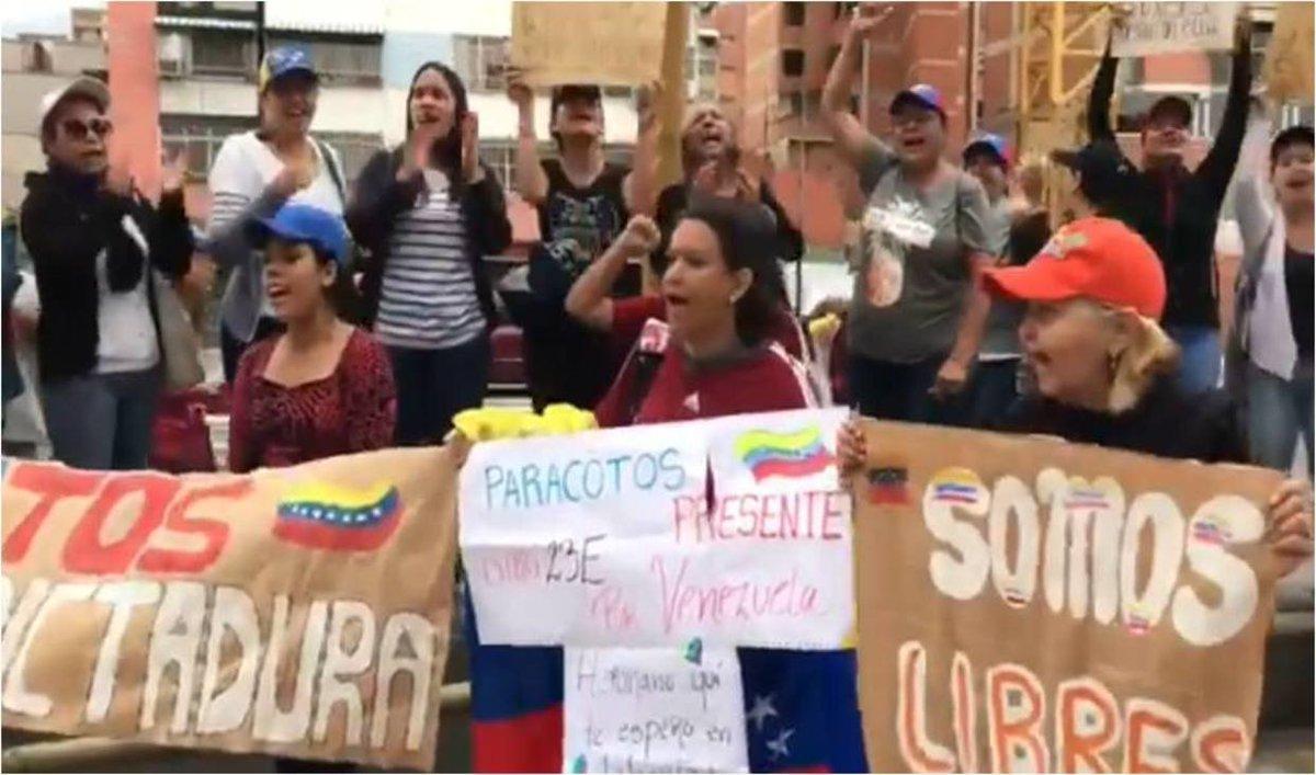 [VIDEO] Manifestantes en Torre Exa: Este gobierno va a caer https://t.co/pdYp2KSPxn  https://t.co/W5wsFyvrfG  ....