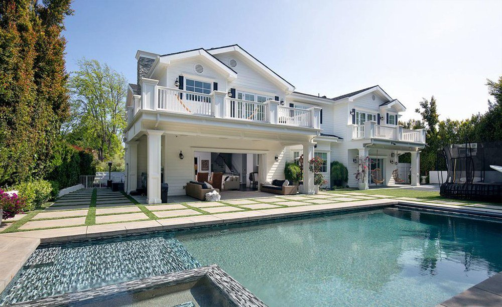 RT @thisis50: Blake Griffin's LA Mansion listed for $11 Million(Gallery) https://t.co/tgT3ooenzI https://t.co/eCDCdeXCI4