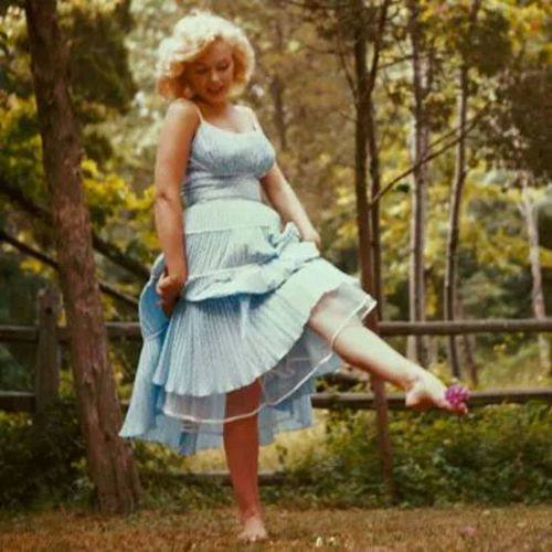 "Marilyn Monroe ""going along with nature"" in 1957, Amagansett, New York. Notice the pink flower between her toes. https://t.co/yGxfixaSMG"
