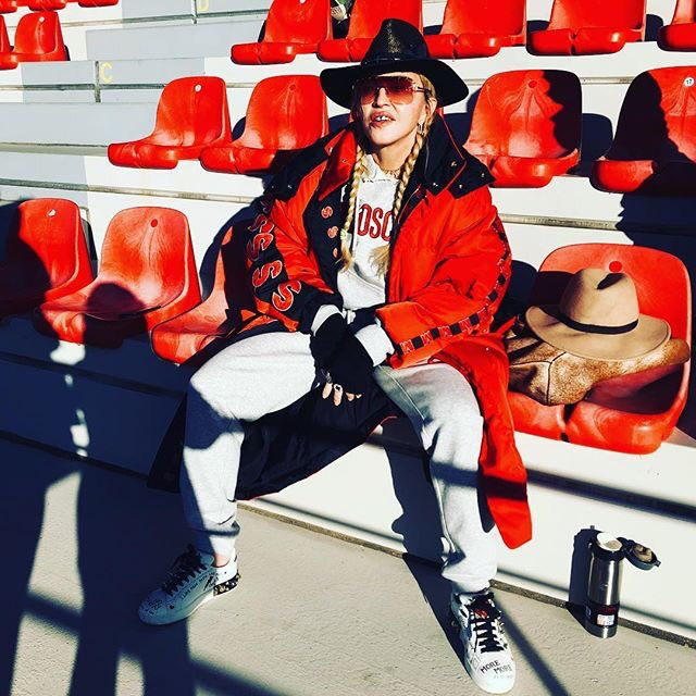 Benfica #1 FAN! ????????⚽️ Surrounded by all her friends! ???? Benfica wins 6-0!!! ???????????????????????? #banda ♥️ https://t.co/bkExtUi9ML