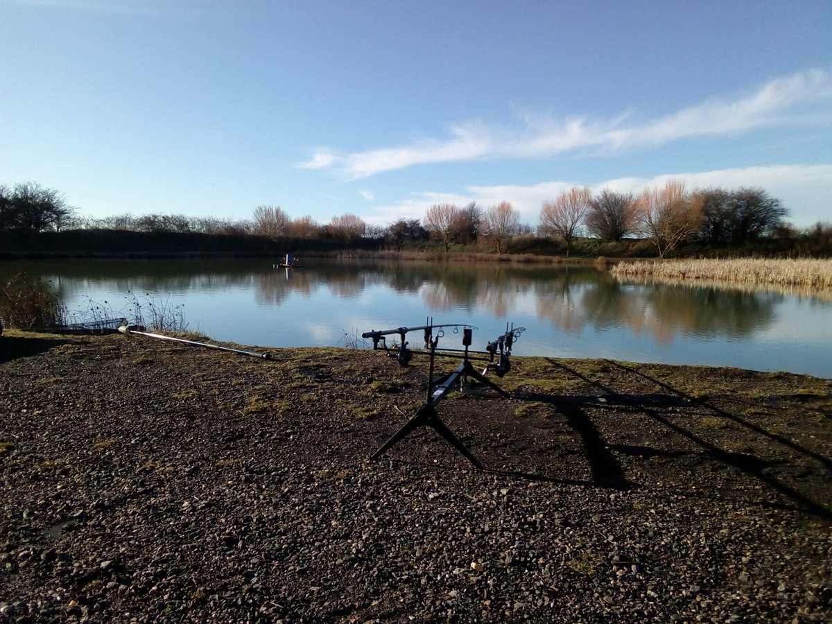Sunday and a non frozen lake #fishing #carpfishing https://t.co/a0LRmBryOY