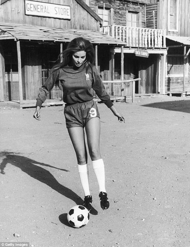 RT @OldFootball11: #RaquelWelch on the set of western 'Hannie Caulder', wearing #ChelseaFC's number 9 (1971). https://t.co/BBY6zOZ6l9