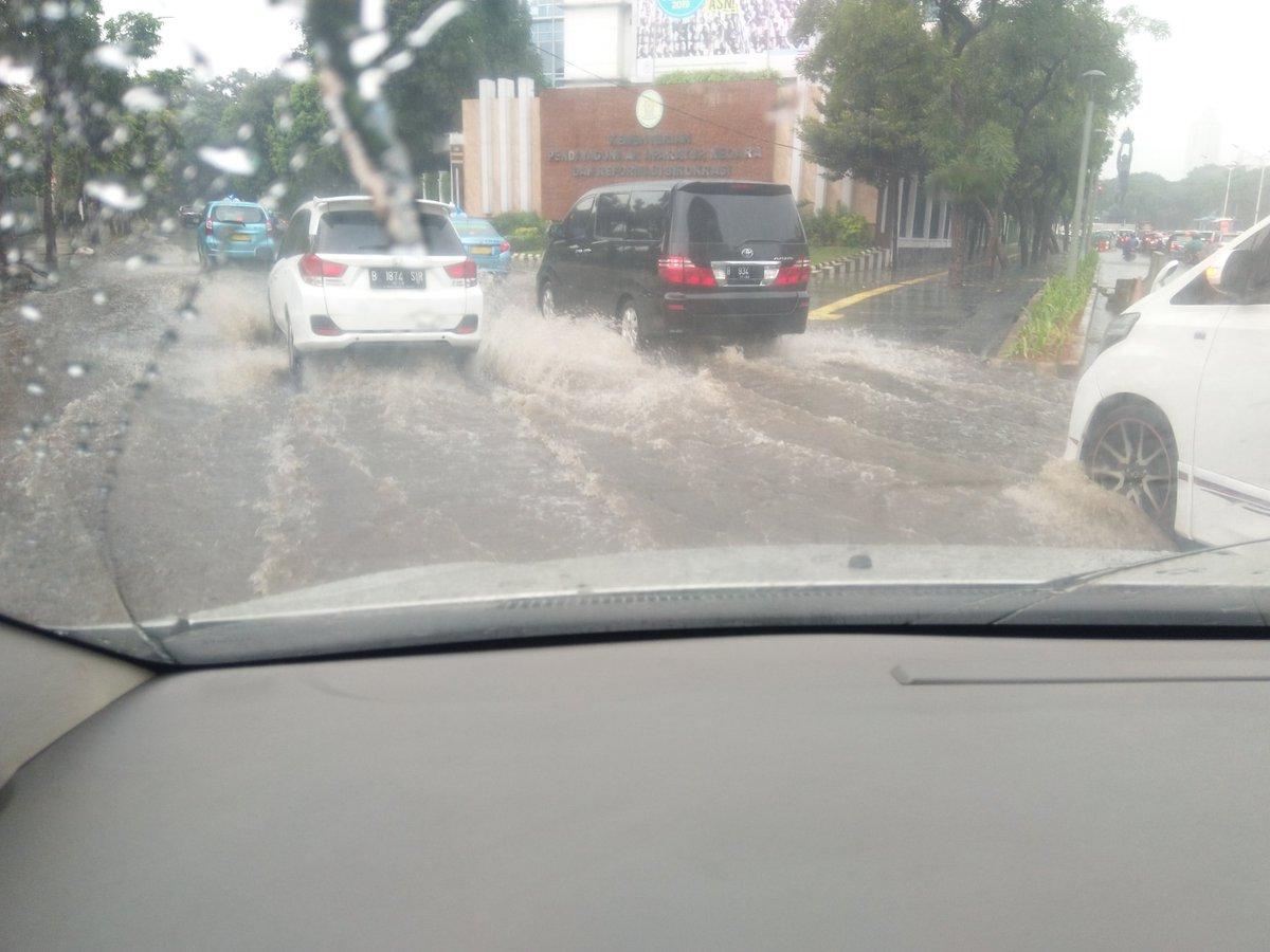 11.13 Genangan air didepan Kemenpan Jl. Sudirman