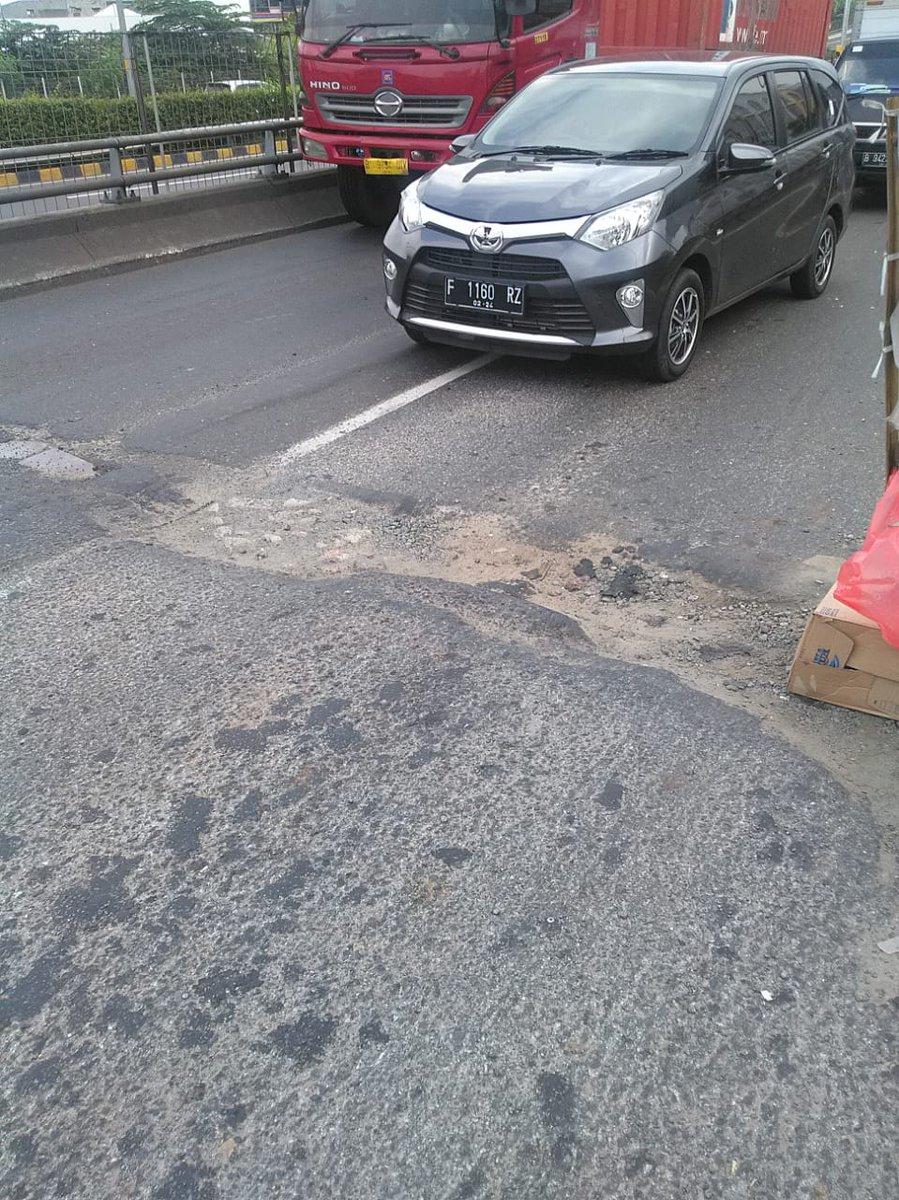 10.20 Polri pengaturan jalan berlubang  di layang Grogol Jakbar arah Walikota Jakbar lama