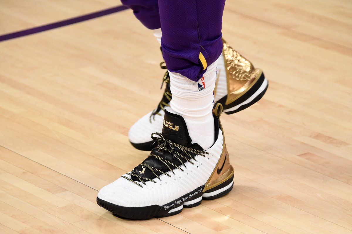 test Twitter Media - .@KingJames with something new tonight against the Rockets. These go crazy 🔥 https://t.co/NMjejxxq75