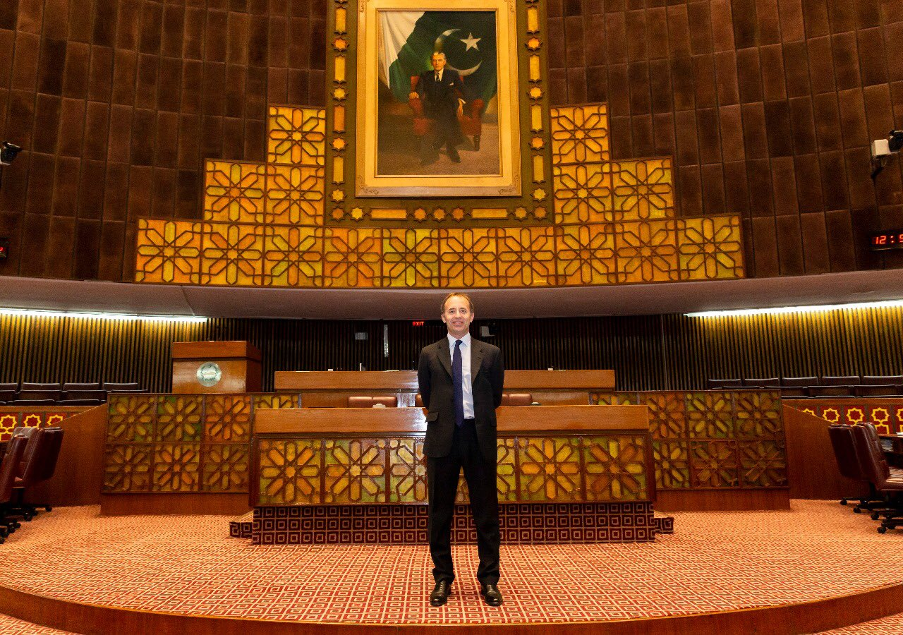 There is something special about Parliaments in all countries.  But I could not, in particular, skip the chance during my latest visit to Pakistan's National Assembly to stand for a photo in front of Jinnah. https://t.co/Qfo8ChgtLW
