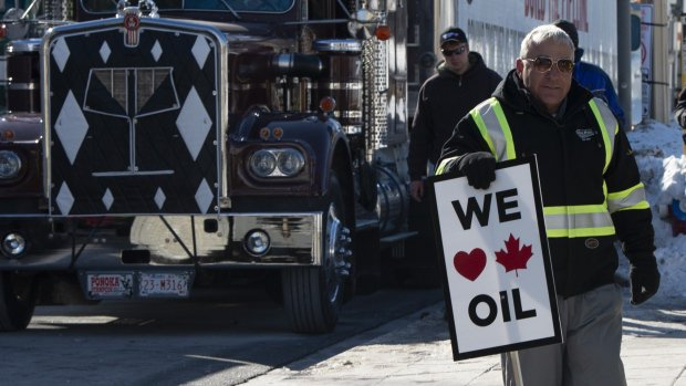 Shrunken protest convoy leaves Ottawa after second day, enjoying Tory support