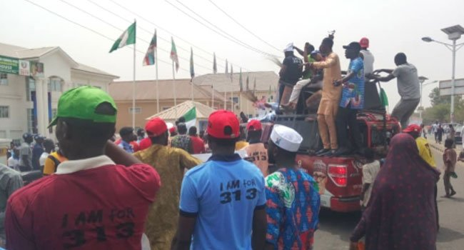 APC Youths March In Support Of Buhari In Kaduna, Niger. https://t.co/mWzd41xrY4 https://t.co/vVIsO4Qopo