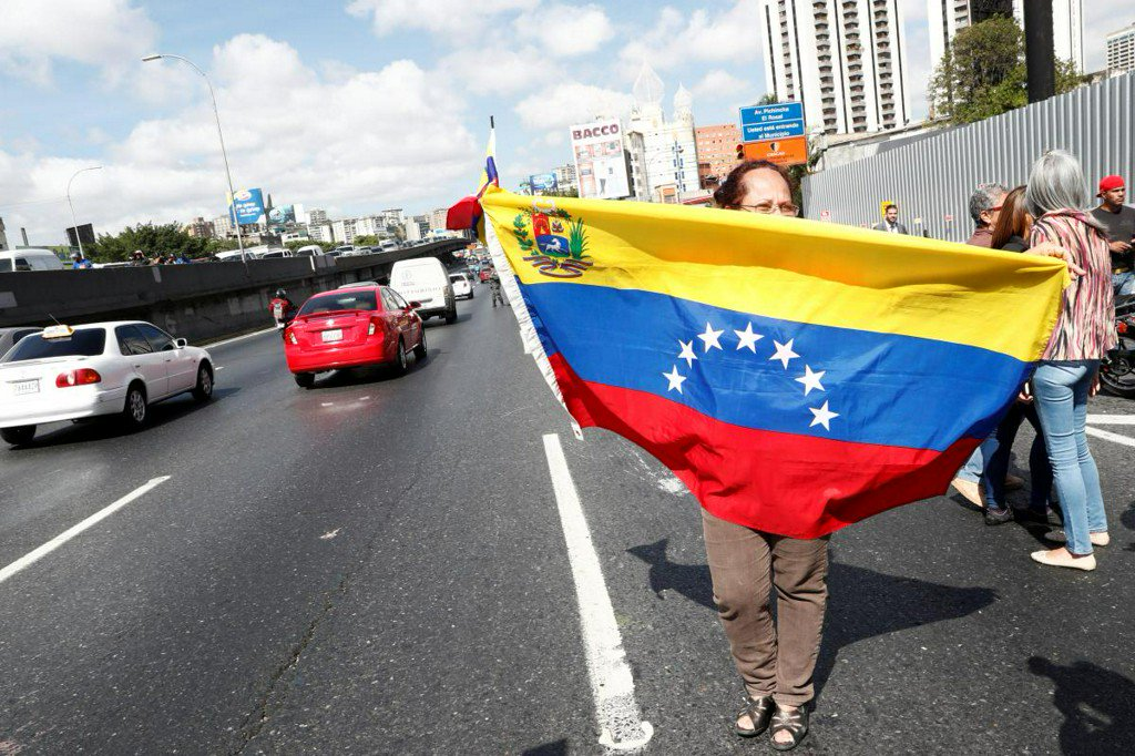 Crowds see off Venezuela convoy headed to Colombia border for aid