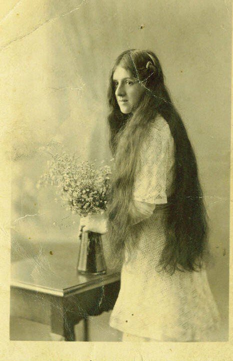 Today is #ValentinesDay : in #WW1 soldiers were separated from their sweethearts, which was heart-breaking. Pte Joe Kinna of the Gloucestershire Regiment thought of his dear wife when he went into battle on the #Somme in 1916, carrying this precious photo of her in his pocket. https://t.co/azUkvbWzTO
