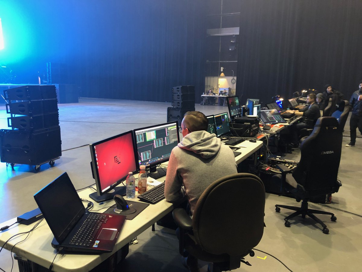 No it's not dreamhack, it's rehearsal time! Cube v3 is looking SO fresh https://t.co/X4WGH9RBvh