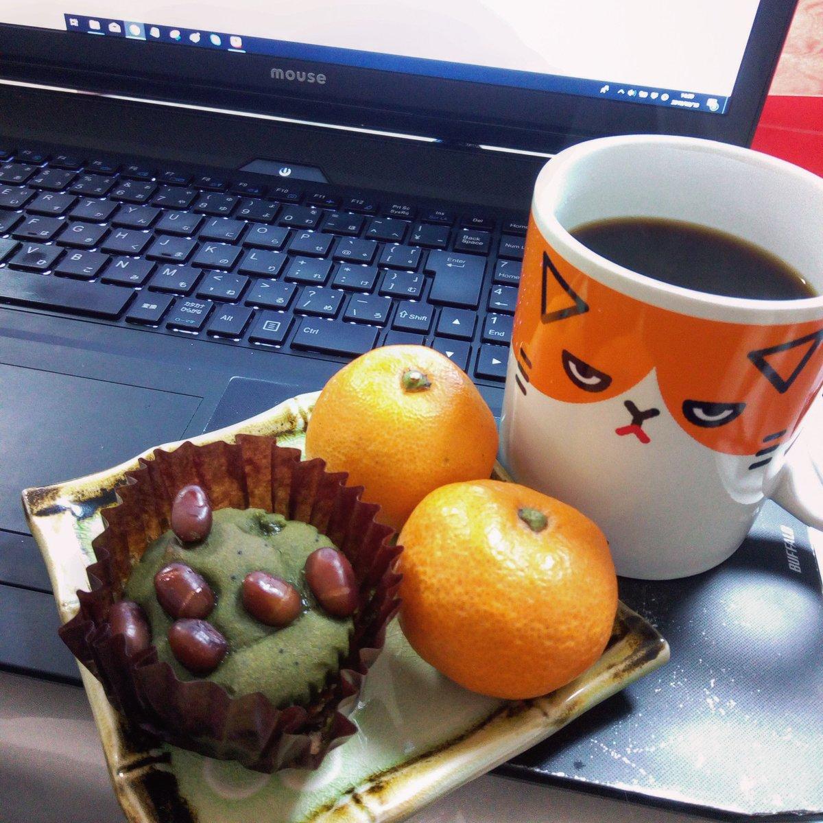 test ツイッターメディア - こんにちは😊友達にいただいた☕と抹茶焼きモンブラン食べながら作業中(*´﹀`*)コーヒーがどれも美味しくて、幸せすぎる💕 https://t.co/airLVzqh3M