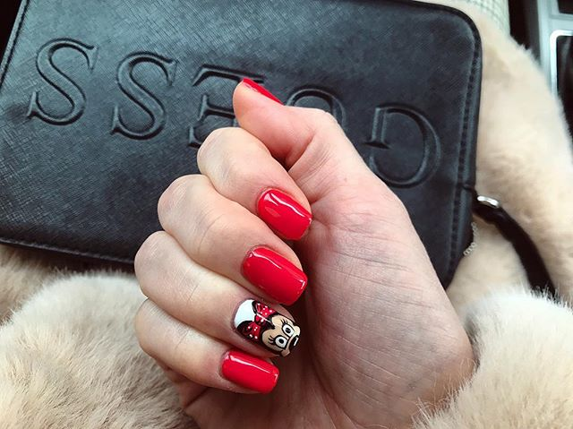 This bag, these nails 😍❤️ #MagicOfGUESS (📷: hania_ania93) https://t.co/H1aBvn5rOA