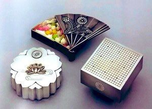 test ツイッターメディア - ボンボ二エールって名、初めて知った。素敵❤考えたらこういうのいっぱい持ってたかも。母から下がって来た物とか頂き物とか。全部断捨離しちまったw展示やらないかな?日本の皇室でも金平糖入れて引出物にするんだそう。京都の有名な緑寿庵清水の。長い事京都に住んでるけど行った事も食べた事もないw https://t.co/Y15NxBNIX7