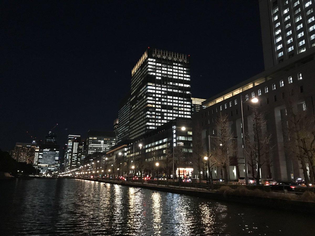 test ツイッターメディア - 日比谷濠に面したビル群の夜景。東京會舘跡地の丸の内二重橋ビルの巨大さが際立つ。お堀の明るさが増したように見える。 https://t.co/xI0HPn3UKA