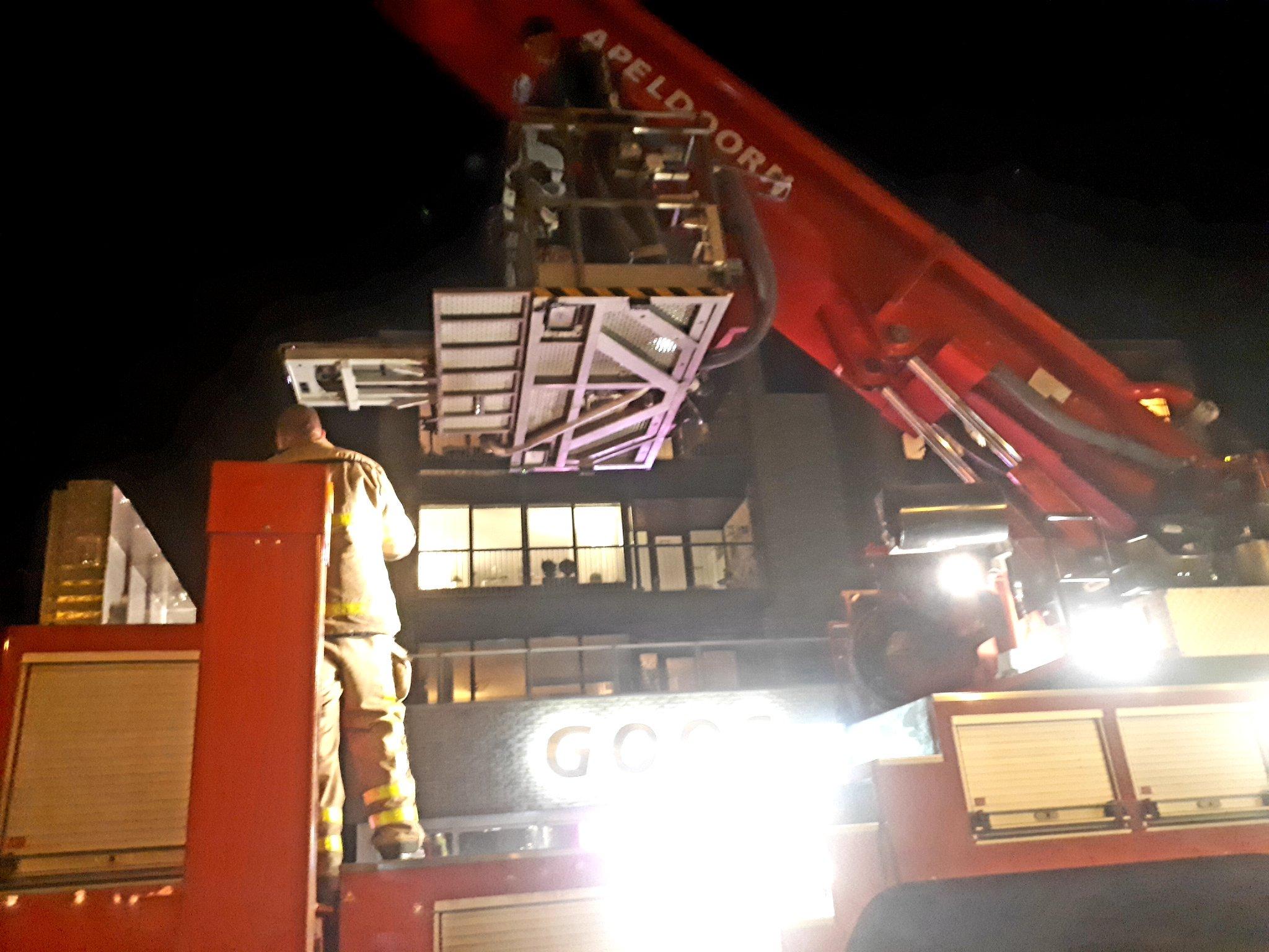 Brandweer verricht assistentie bij Ambulance met persoon. Oud veldzichtlaan #Apeldoorn  @BrandweerBbg @BrwApeldoorn https://t.co/tfHpbO9V6d