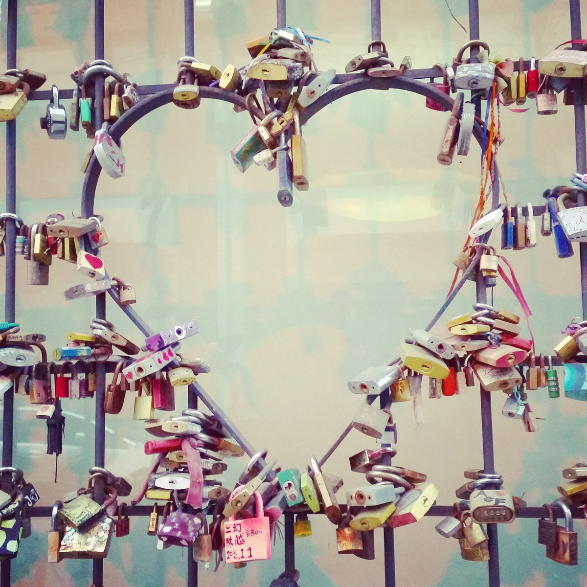 Love locks.. https://t.co/6f4RbZ5xJ9 https://t.co/tg5RrqYD2w