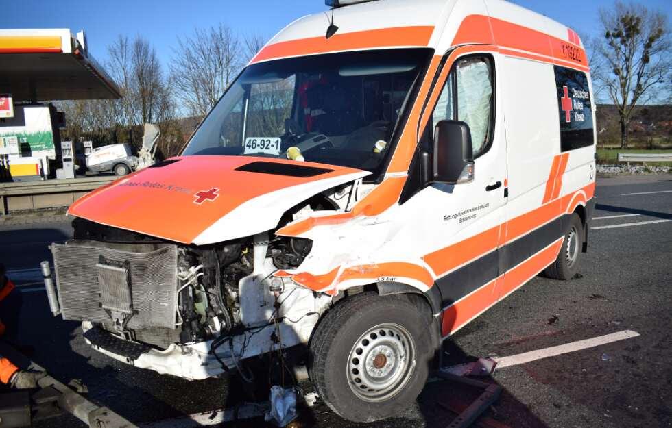 Sechs Verletzte: Rettungswagen mit Patientin (93) an Bord, crasht in VW#BadEilsen https://t.co/KbZlX2RYAR https://t.co/JvJrYq8j5v