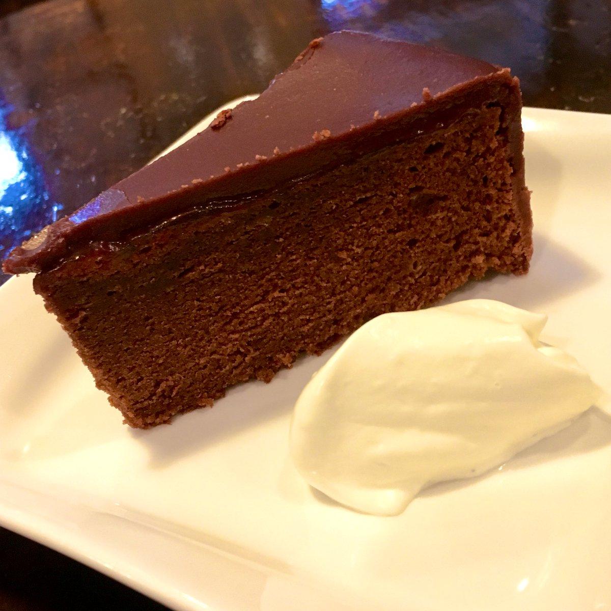 test ツイッターメディア - 昨日作ったザッハトルテ ウィーンの名店デメルの味を再現した僕の得意ケーキ(ᵔᴥᵔ) 砂糖とチョコを煮詰めて結晶化させたシャリッとした食感のコーティングがめっちゃ美味しいです。 https://t.co/SGpJnMv0qe