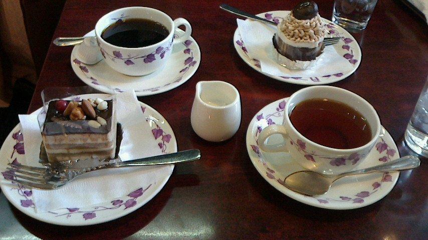 test ツイッターメディア - かわりに、横浜中華街ロケハン後のお茶休憩風景をば。 「喫茶かをり」のケーキセット。(*^_^*) 私はオペラ デ マロンと紅茶、旦那はモンブランと珈琲。 純喫茶風のお洒落な店内で、美味しい時間を過ごしました♪ https://t.co/F9bZN2pyd8