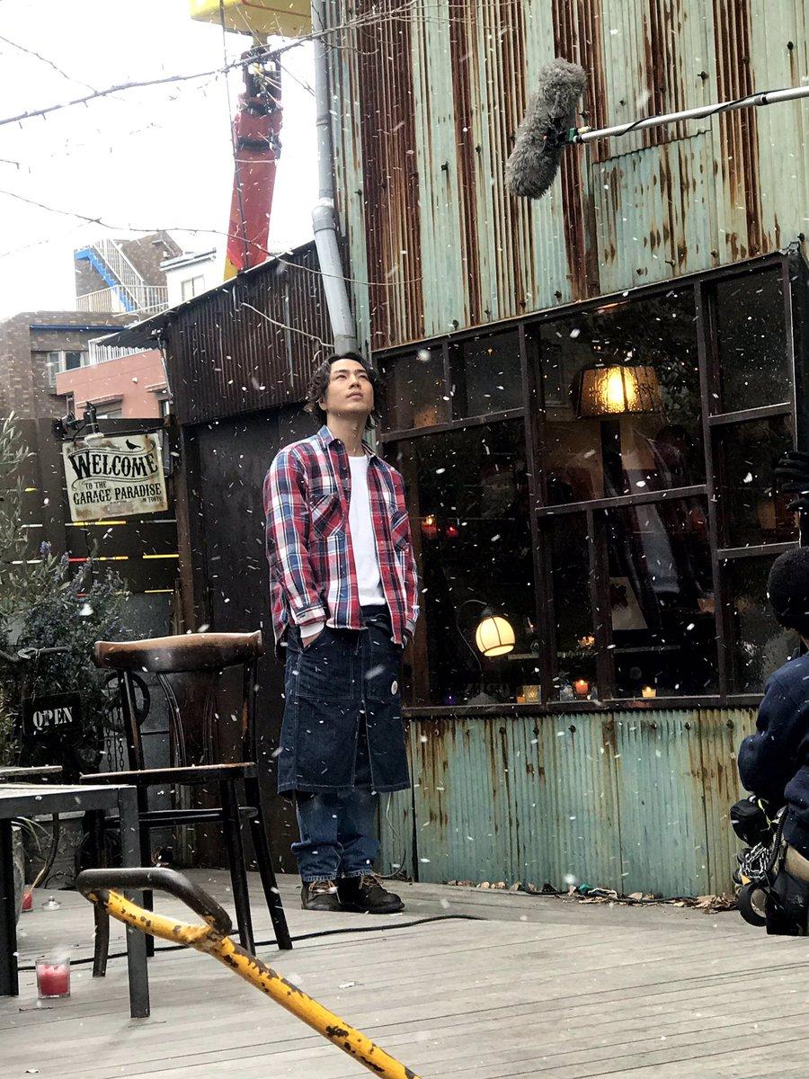 test ツイッターメディア - 今日は東京でも雪がチラつくほど寒い一日でしたね☃️  ということで☝️ こんな蔵出しメイキング写真をお届け📸雪を見上げる悠輔は、何を想っているのでしょうか…?❄️  明日からの週末も劇場でお待ちしています👏  #雪の華❄️ https://t.co/YRMbYMaNvC