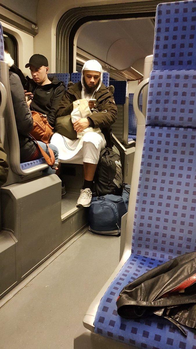 Sitze gerade auf der Zugfahrt nach Nahost.... Nee nicht wirklich ist der Zug nach #Duisburg... ☠️ https://t.co/kjlDEfVovV