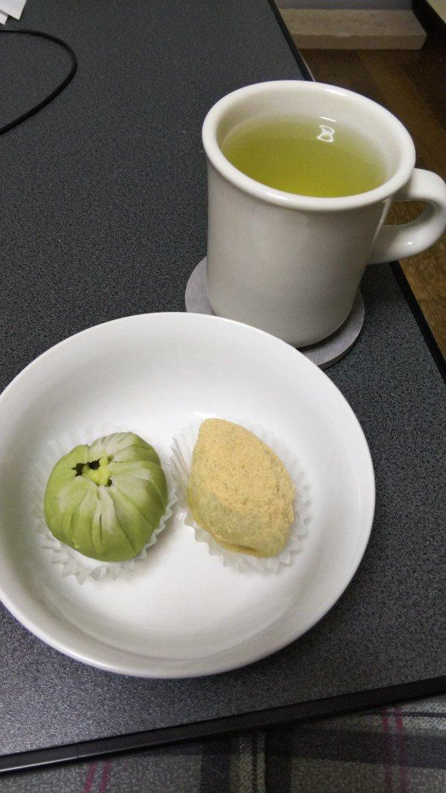 test ツイッターメディア - 鶯餅と霜ばしら売ってた。器が適当なのとお茶がマグカップなのは気にしてはいけない… https://t.co/vD4HY0ihF1