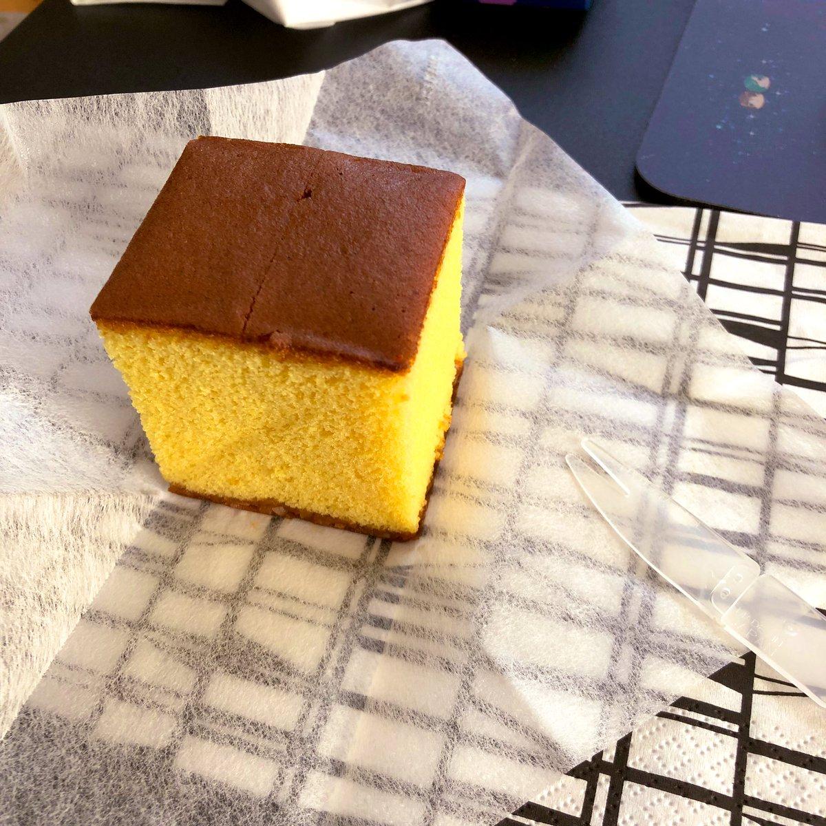 test ツイッターメディア - さっき食べたのは和泉屋さんのカステラだったんだけど、今度は福砂屋さんのカステラ食べる☺️組み立てるフォークが入ってた https://t.co/ttr2ZMJPxl