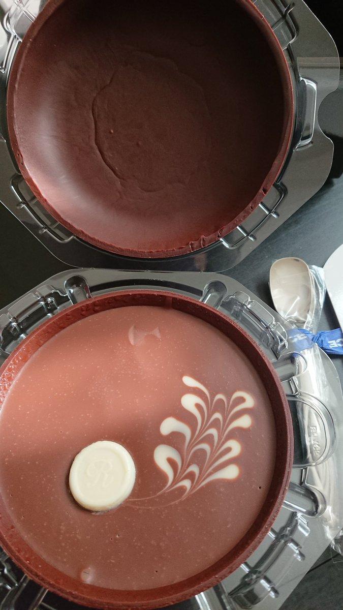 test ツイッターメディア - ロイズの生チョコプレシャスがすごかった。チョコの器に入った生チョコで、ミルクチョコとホワイトチョコで異なるお酒が入ってて大人~な生チョコで、器は最後砕いて牛乳に溶かしホットチョコレートとしていただく…。スプーンも付いているし、素敵な大人な品でした🍴 https://t.co/7OtvltUwLX