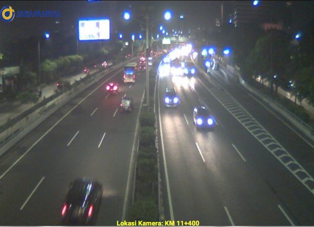 23.03 Lalu lintas tol dalam kota di KM 11+400 terpantau ramai lancar di kedua arah. https://t.co/nv4Y2zNibi
