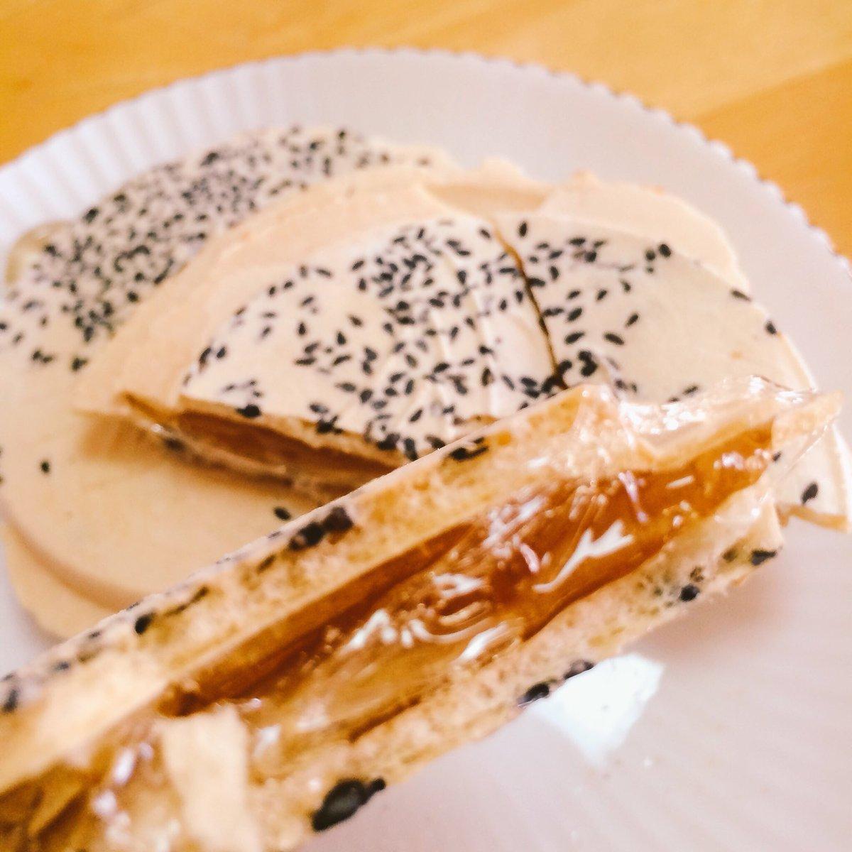 test ツイッターメディア - 北海道の冬季限定 『あめせん』( ´ ▽ ` )ノ 南部煎餅の間に水飴が 挟んであるのですが せんべいの粉は落ちるし 飴は歯に詰まるし大変なんですが旨い!やめられない😊 お煎餅は胡麻とピーナッツ の2種類ありますよ https://t.co/w9TtxiGnqa