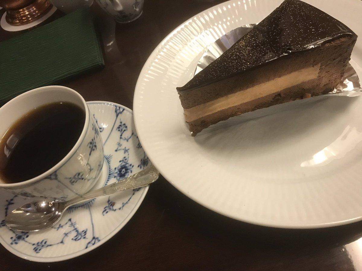 test ツイッターメディア - あ、ベルギーチョコケーキだった(笑) 椿屋珈琲の。 しっかり焼きこんだガトーショコラも良いけれど、トロっとまろやかでナッツがサクサクしてとても美味しかった…❤ シフォンケーキもモンブランも、苺も最高なのですけど… https://t.co/meyYYRf6Dl