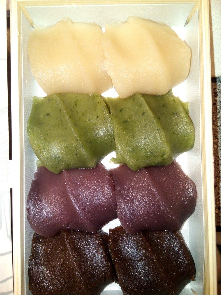 test ツイッターメディア - 昨日のお土産、伊勢名物の赤福。 でもこれは、一日500箱限定、いすず野あそび餅。 旦那さんがダッシュで並んで買ってくれた! 白あん、よもぎあん、こしあん(いつもの)、黒糖あんの四種類。 珍しくて美味しかった! https://t.co/UcWKEiZb1w