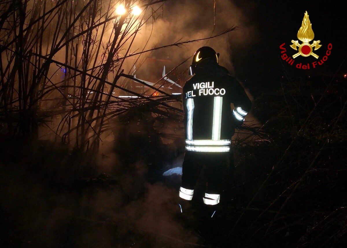 test Twitter Media - #Marcianise (CE) #18feb, bruciano copertoni e rifiuti urbani in un terreno adicente l'autostrada #A1 all'altezza dello svincolo per #Pomigliano: i #vigilidelfuoco spengono l'#incendio e mettono l'area in sicurezza https://t.co/PvFHRayM5G