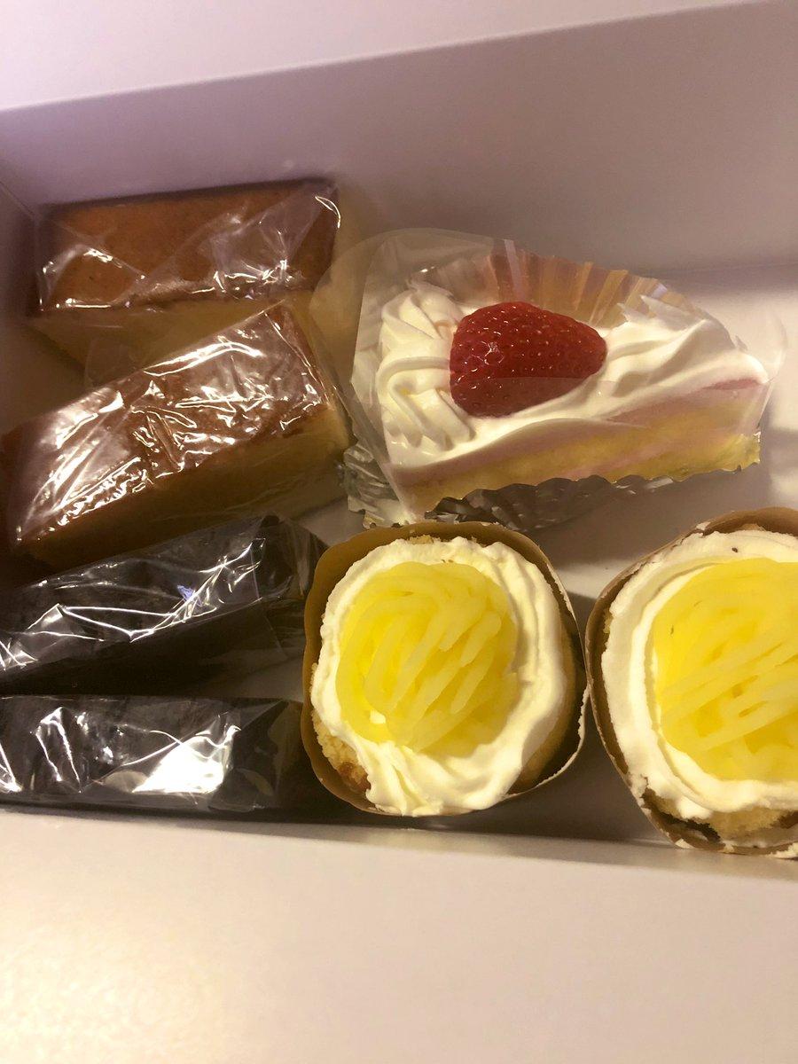 test ツイッターメディア - #ケーキ 歩いて3分 住宅街にある小さなケーキ屋さん♡♡ おじいちゃんがケーキ作ってます👴🏼 久々行ってみました。 全部で500円、ちょっと小さめだけど大好きモンブラン100円 子供達にも安くて人気、焼き菓子,ケーキもおいしいんです(՞ټ՞☝ホールケーキも注文可 https://t.co/tmzvGjd1WA