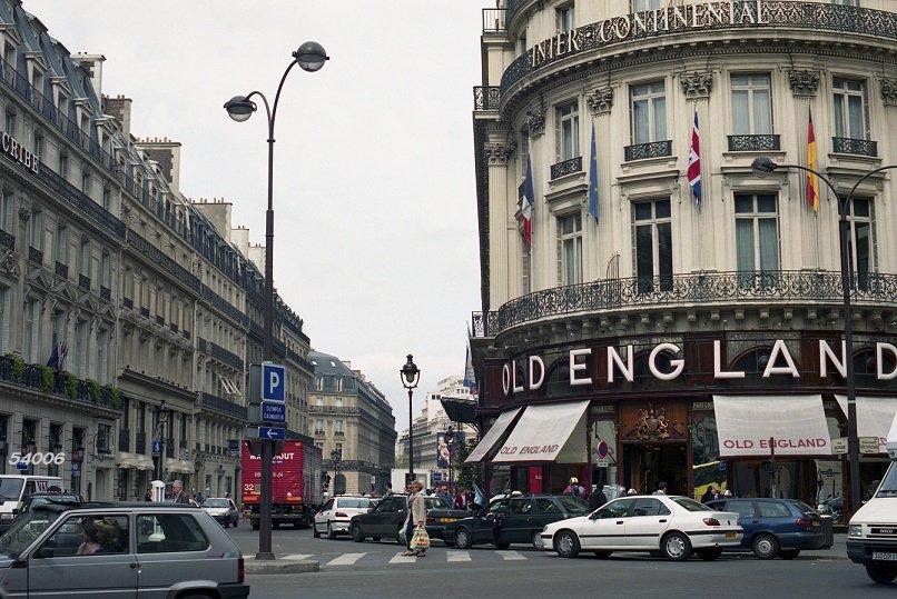 test ツイッターメディア - パリ。OLD ENGLANDの前に連なる車はみなタクシー。よく見るとプジョー406が2台いる。1999年。 #パリ https://t.co/F4QPklKPDC