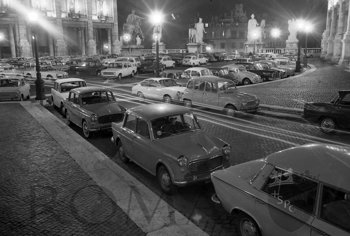 test Twitter Media - #Romember - Ricordi di Roma Le piazze di Roma - Piazza del Campidoglio in una 🎞foto notturna del 1966. Negli anni '60 era possibile arrivare e parcheggiare con le auto in piazza del Campidoglio #BuongiornoRoma © Archivio Capitolino. https://t.co/SSfPXDEdsr