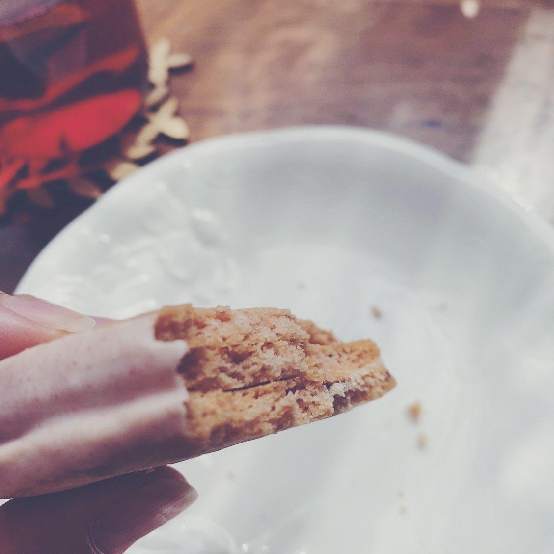 test ツイッターメディア - おやつにだいすきなマロンコロン、いちご味は初めて。リッチな風味のサブレにいちごの甘い香り…最高でした。 紅茶がとっても似合うお菓子です。 https://t.co/js683JIeLU