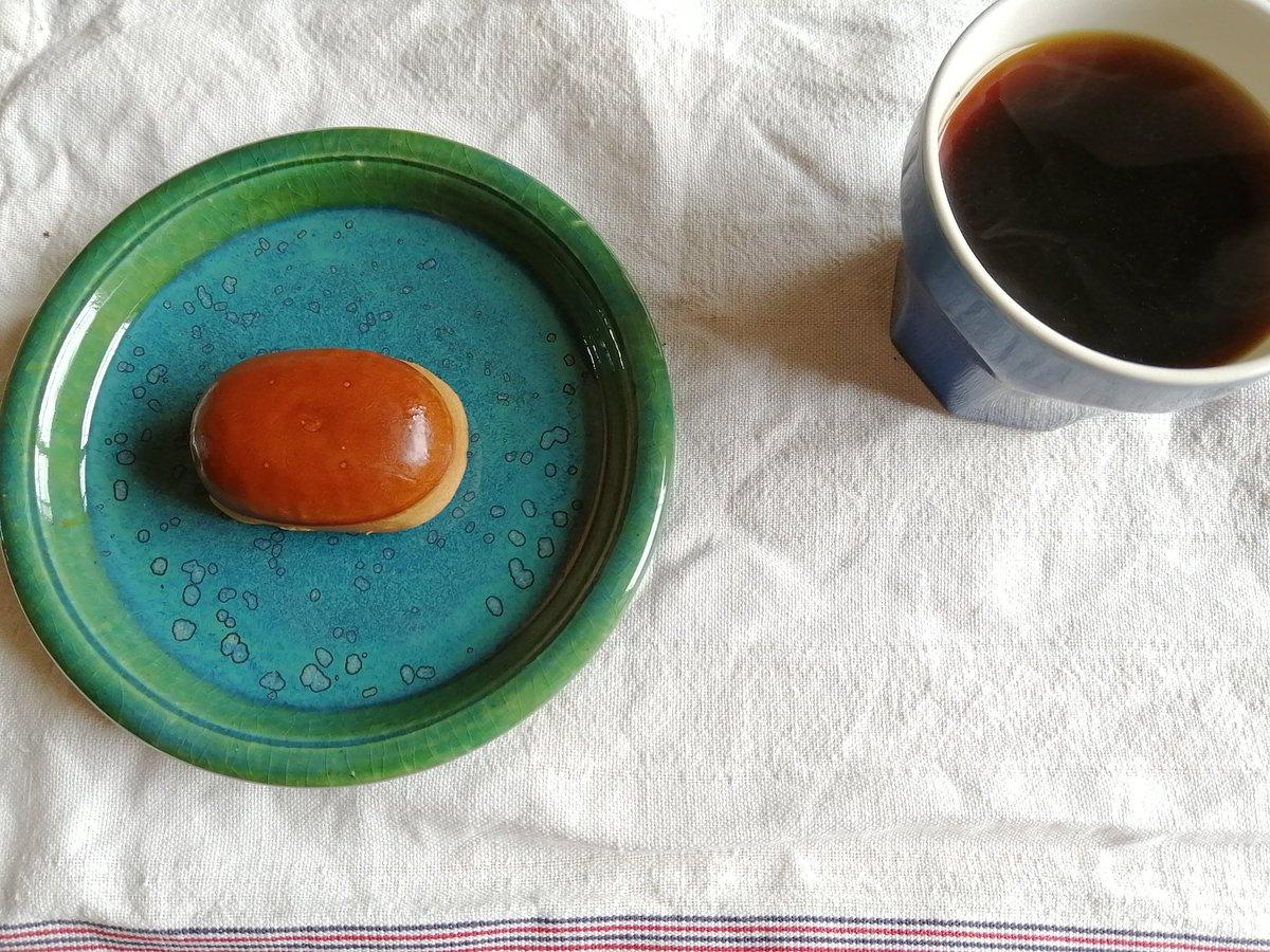 test ツイッターメディア - キヌバリコーヒーと栗饅頭の朝。パプアニューギニア、鼻に抜ける芳醇な香り…そうだこれ、森林浴の味だ。九州からの友人の便りに添えられた湖月堂の栗饅頭とともにいただく。ぷはー。旨いコーヒーは酔っ払う。 https://t.co/16NPRjzVHq