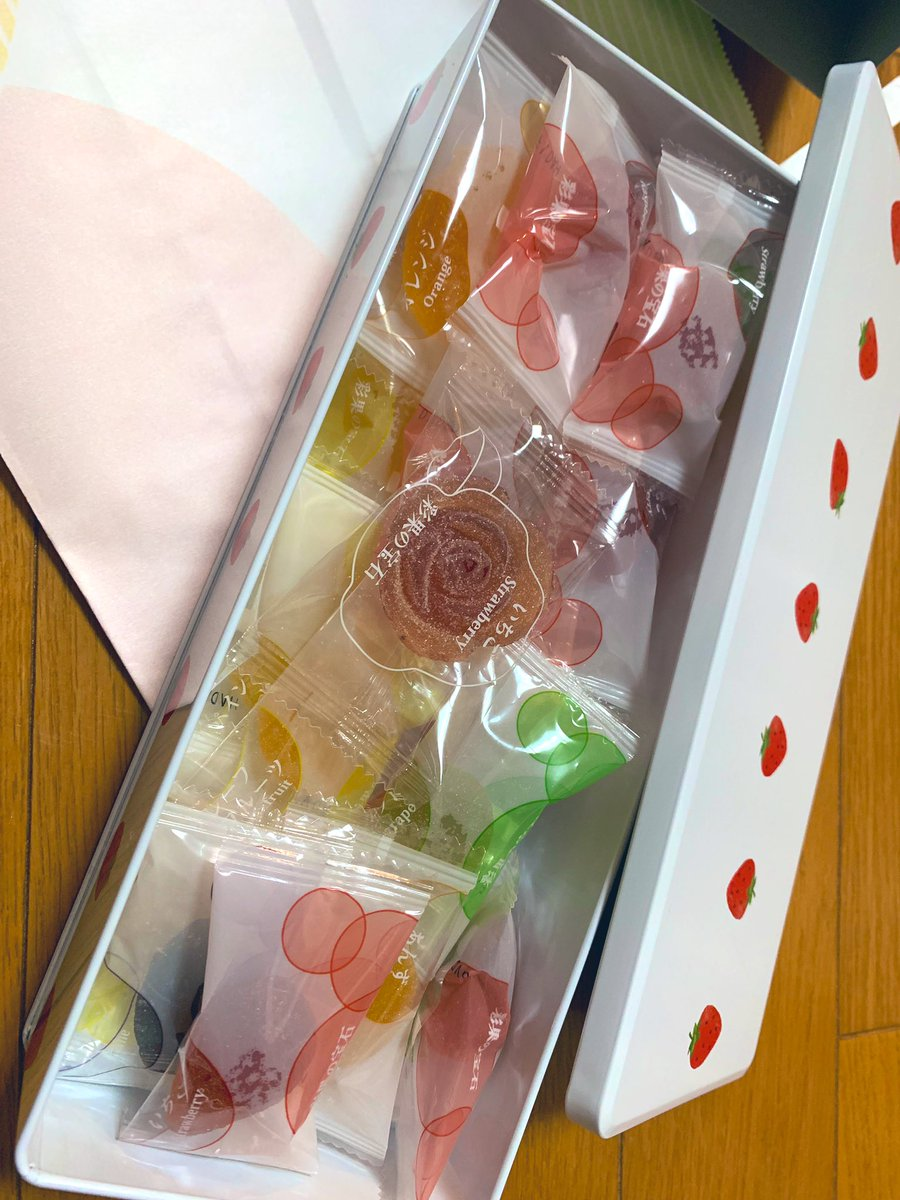 test ツイッターメディア - お土産を頂きました。 彩果の宝石のいちご缶🍓 その名の通り、まるで宝石みたいなグミに近いゼリー✨ 味はなんと15種類も入ってて、どれもジューシィーで美味しい🥰 缶も可愛いから食べ終わっても使えるね💓ありがとうございます🙏 https://t.co/mzxFtj91Sx