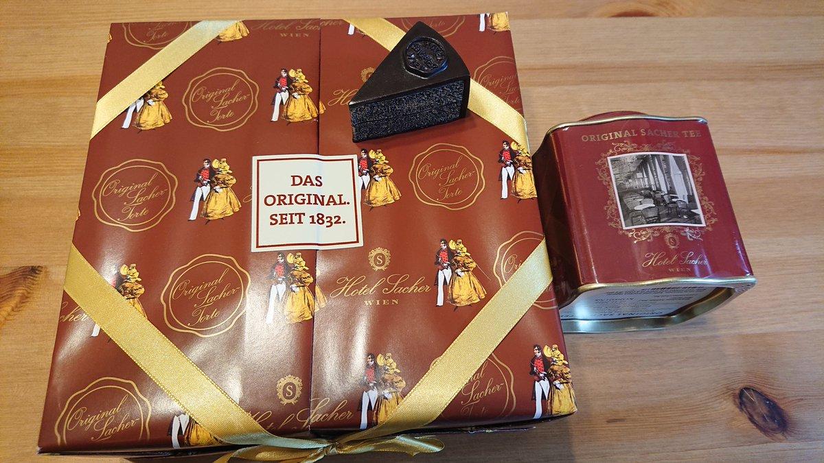 test ツイッターメディア - わぁーーーーー!ホテルザッハーのザッハトルテ届いたーーー!!!!😍😍😍😍 送料無料の€60にするためにザッハトルテ(これで一番小さい!)、紅茶、マグネット(可愛すぎる)を注文して1週間で到着❤️ 立派な木箱に入ってた👏👏👏 ザッハトルテはデメルのを食べたことあったけど、 https://t.co/VykZFlScqp
