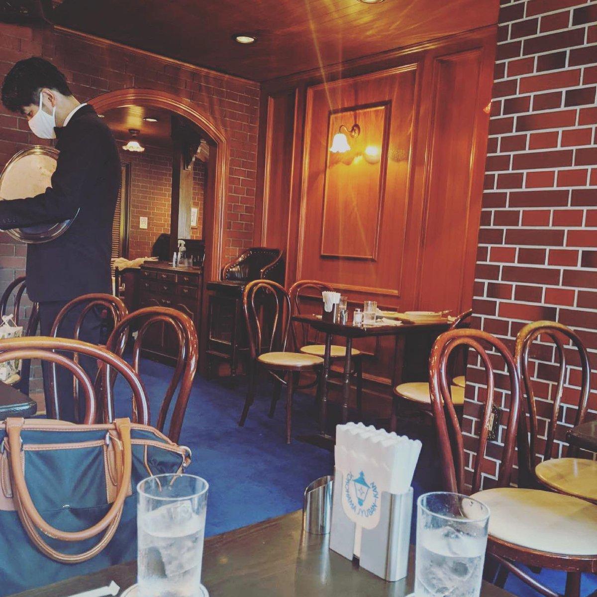 test ツイッターメディア - こないだクリームソーダブームの悪口を言ったばかりですが、横浜関内の「馬車道十番館」で飲めるソーダ水はあの固有のジャンクさとメロン果汁を使用した上品さがいい塩梅でかなりよかった。 https://t.co/IvIzu61uV4