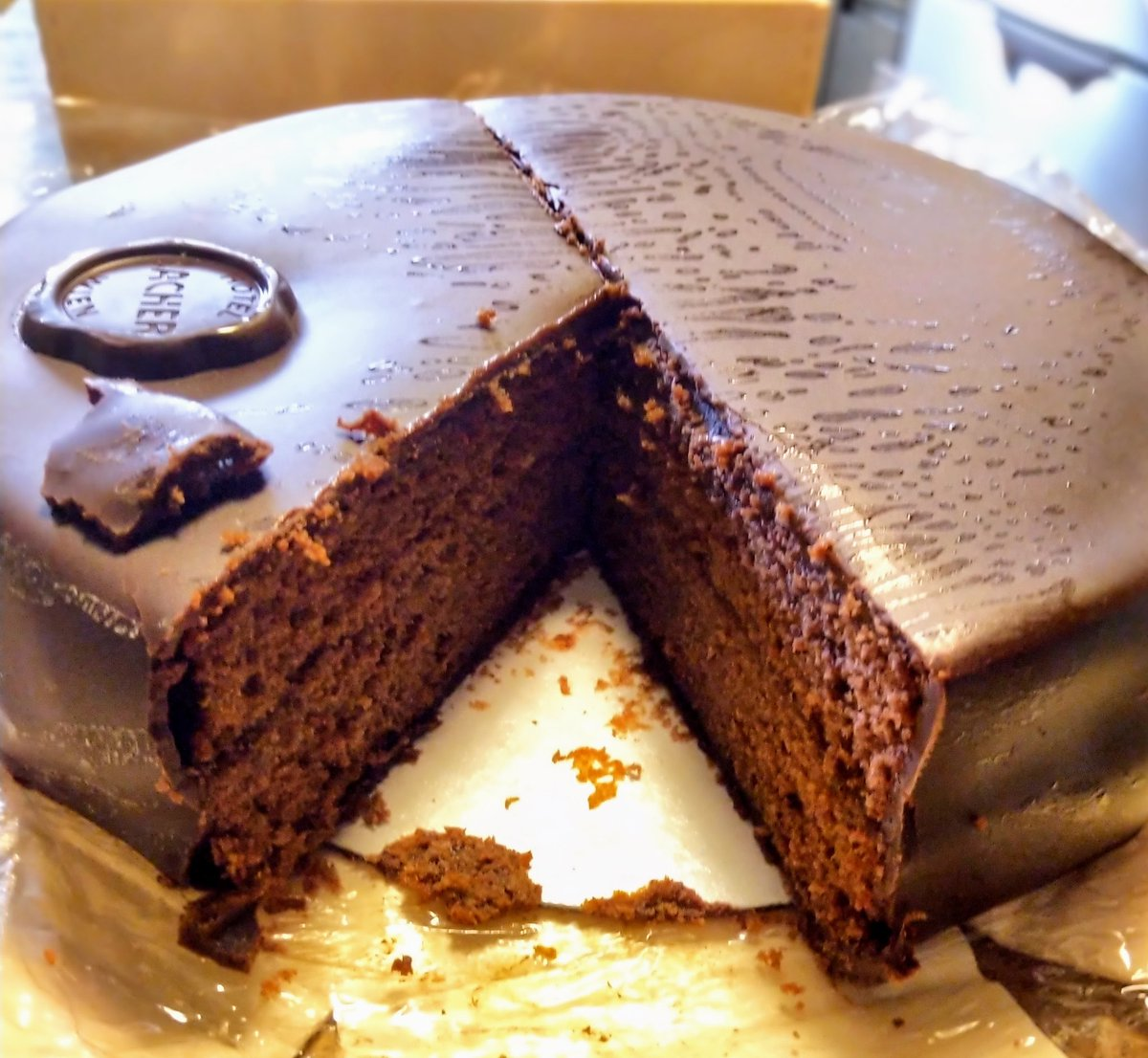 test ツイッターメディア - 早速、開封の儀。中サイズの直径19cmですが思ったより大きくてずっしり重い。  食べた感じは、チョコレート感より砂糖菓子感が強くてかなり甘くてこれも重い。生ケーキというよりはしっとり目の焼菓子に近い。  デメルのザッハトルテ(日本製)の方が、チョコレート感、ケーキ感は強いと思います。 https://t.co/2nUsqm4mD3