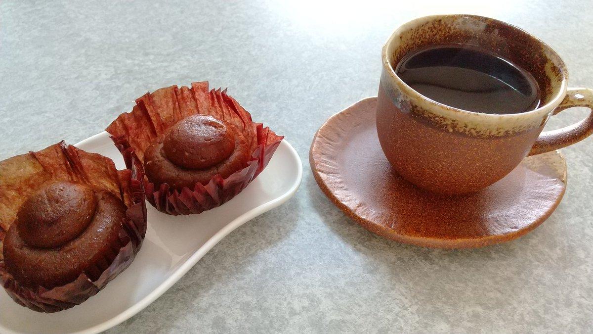 test ツイッターメディア - 今日のおやつ。 母に洋菓子買ったついでに自分用も買ってきてたの~( ´∀`) 焼きモンブランが美味しそうでどんなのか気になって買ってみたので珈琲と一緒にいただきます♪ 焼きモンブランも珈琲も、なんか茶色い! https://t.co/dxYPfB692J